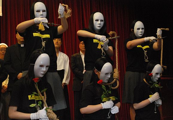 Miembros de Amnistía Internacional en un acto de protesta contra la Pena de Muerte